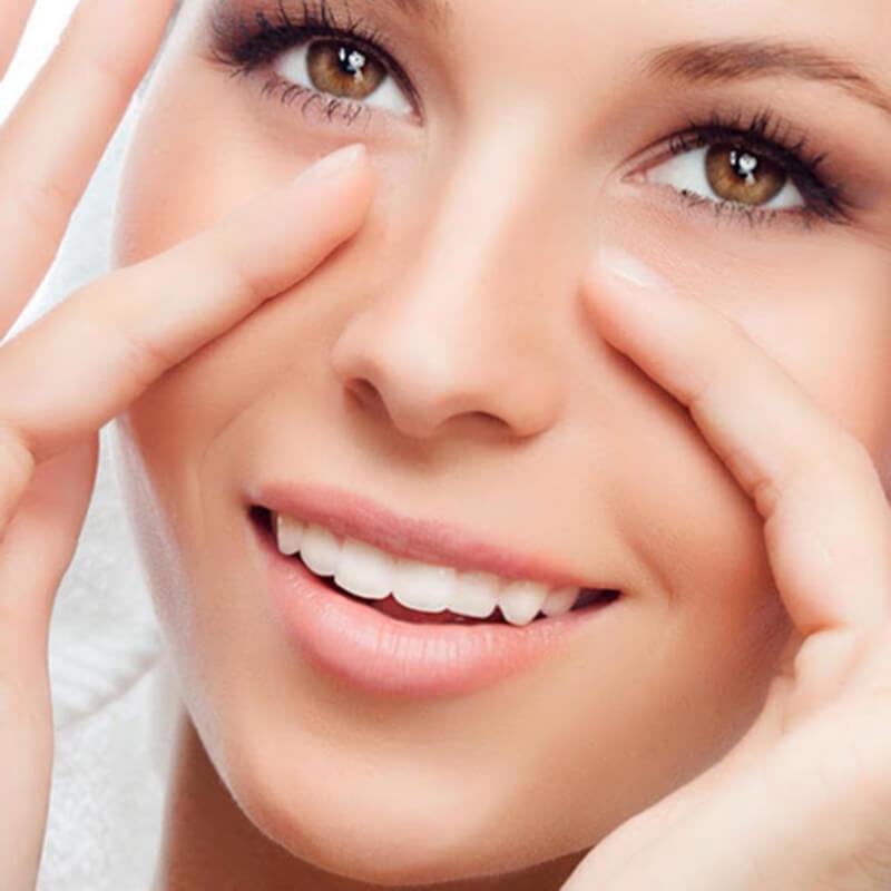 Da quanh mắt rất mỏng mang nên các bạn cần phải hết sức nhẹ nhàng khi thoa kem